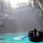 青く輝く地底湖。ギリシャの「メリッサーニ湖」が美しい。