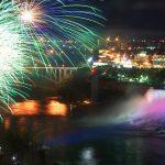 夜の『ナイアガラの滝』もスゴイ!滝を彩る幻想的な光のショー。
