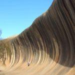 波打つような巨大な奇岩。オーストラリア『ウェーブ・ロック』