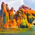 荒野に現れたカラフルな間欠泉『フライガイザー』の奇妙な姿。