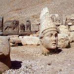 巨大神像の頭部が並ぶ山。トルコの世界遺産『ネムルト・ダウ』