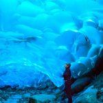 青く輝く神秘的な氷の洞窟。アラスカの『メンデンホール氷河』