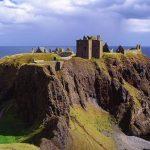 北海の断崖に残された孤高の古城。スコットランドの『ダノター城』