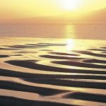 夕陽が創る黄金の砂紋。熊本『御輿来海岸』の超絶景