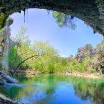 この天然プール凄いです!アメリカにある半洞窟の湖『ハミルトンプール』