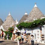 おとぎの国へようこそ!とんがり帽子の白い家が並ぶイタリアの『アルベロベッロ』