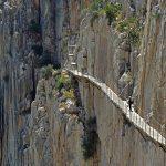 スリル満点の断崖絶壁の遊歩道。スペインの『エルカミニートデルレイ』が凄すぎる