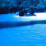 息を呑むほど美しい青の空間・・・。クロアチアにもあった『青の洞窟』
