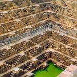 この幾何学模様を描く建造物は何?インドの美しい階段井戸『チャンド・バオリ』