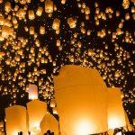 感動!夜空を埋め尽くす幻想的なランタンの灯り。タイの『ロイクラトン祭り』