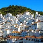 これぞイメージ通りの白い街!スペインの『カサレス』が素敵♪