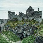 朽ち果てた中世の廃城。北アイルランド『ダンルース城』の哀愁ただよう姿。