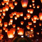無数のランタンが夜空を埋め尽くす!台湾の『平渓天燈祭』が幻想的。