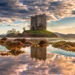 海の小島に佇む美しいお城。スコットランドの『ストーカー城』